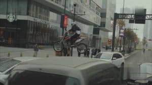 胡蓉、バイクで跳ぶ