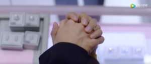 男同士で指を絡め合う